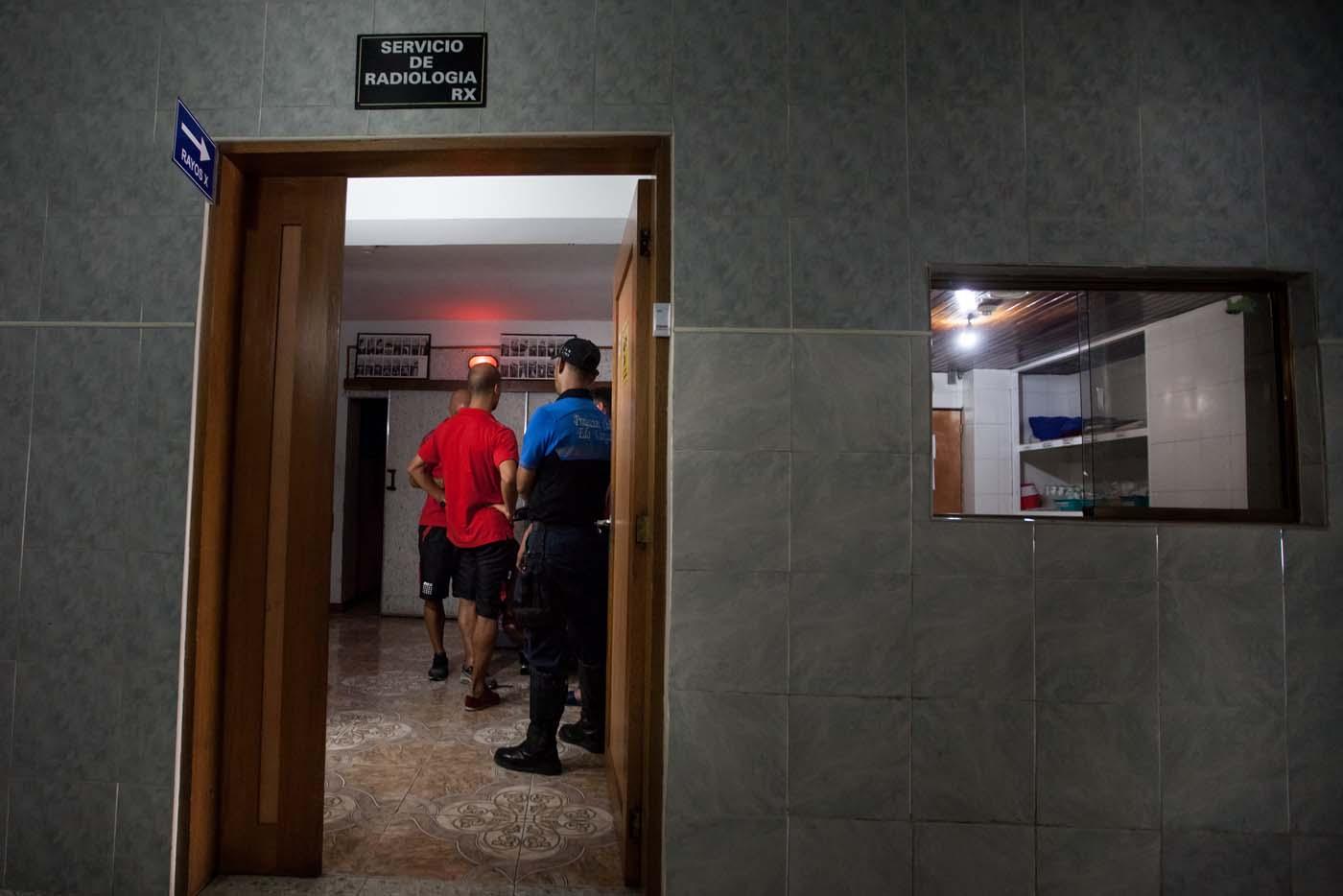 CAR01. LA GUAIRA (VENEZUELA), 10/02/2016.- Jugadores del equipo argentino de fútbol Huracan permanecen hoy, miércoles 10 de febrero de 2016, en la sala de radiología del Centro Médico Luis F. Marcano en La Guaira (Venezuela). El autobús que trasladaba hoy al Huracán argentino al aeropuerto de Maiquetía, tras eliminar este martes al Caracas en la fase previa de la Copa Libertadores, sufrió un accidente y volcó. No hubo heridos de gravedad, pero los jugadores Patricio Toranzo y Diego Mendoza y el preparador físico Pablo Santella fueron trasladados a un hospital cercano para recibir atención por golpes menores. EFE/MIGUEL GUTIÉRREZ