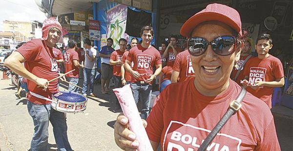 Bolivia dice No tomó la rotonda del mercado Mutualista y obsequió bolos de grosella, que fueron bien aprovechados para saciar la sed