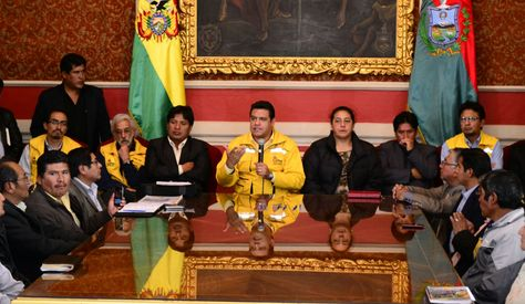 El alcalde Luis Revilla, dirigentes de los transportistas y las juntas vecinales de La Paz firmaron hoy un acuerdo para la mejora del transporte público, en el Salón Rojo del Palacio Consistorial.