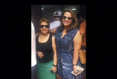 Cecilia Bellido se hizo acompañar con su mamá Martha Ávila hasta su recinto
