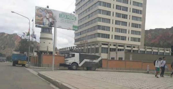 Ciudadanos señalaron que el motorizado antimotines fue llevado al sector minutos después del medio día.