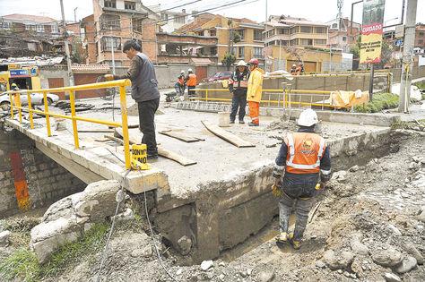 Averiado. Así quedó el puente de la calle 25 en la Costanera; ayer hacían trabajos para rehabilitarlo hasta hoy.