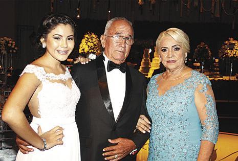 Naisha Lara, Francisco Estívarez y Mirtha Ruiz de Estívarez, hija, padre y madre de ella