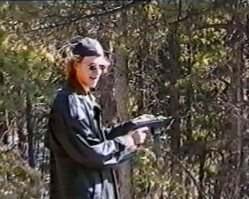 Dylan Klebold practicando con un arma un mes antes del asesinato. La imagen está capturada de un vídeo localizado por la policía.