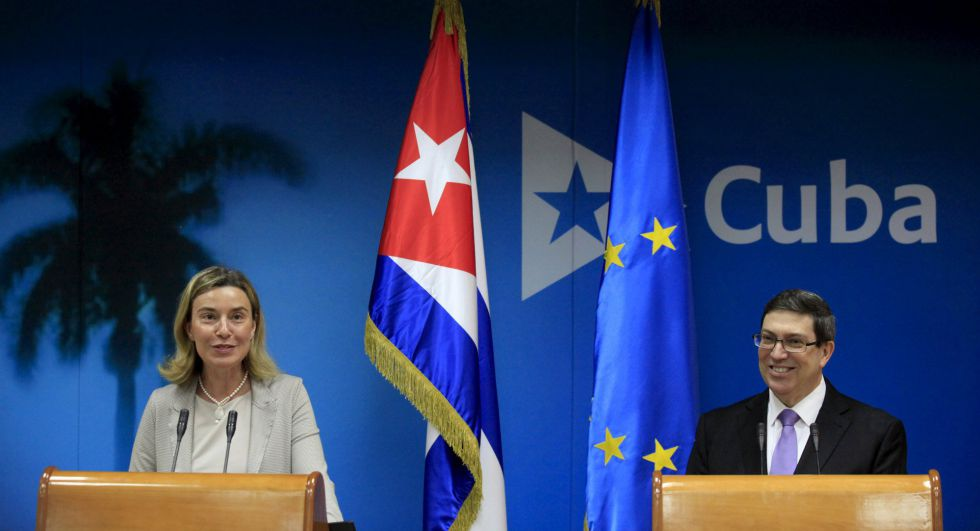 La jefa de la diplomacia europea, Federica Mogherini, junto al ministro de Exteriores cubano, Bruno Rodríguez, este viernes en La Habana.