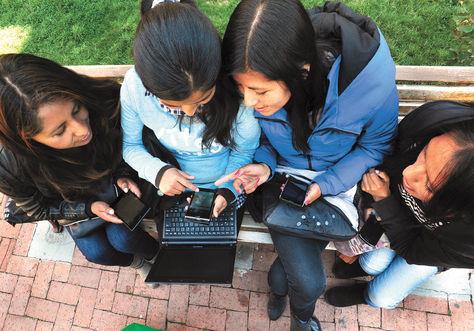 Servicio. Varias jóvenes utilizan su teléfono celular para ingresar a internet y usar las redes sociales en La Paz.