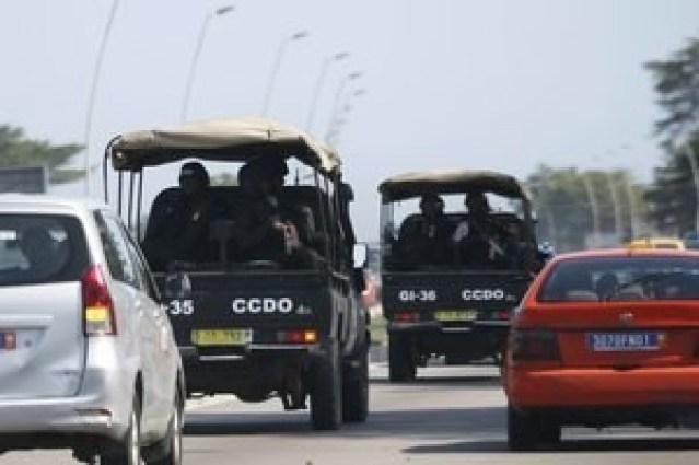 En la imagen, fuerzas de seguridad conducen hacia Grand Bassam en Abiyán, Costa de Marfil. 13 de marzo, 2016. Reuters
