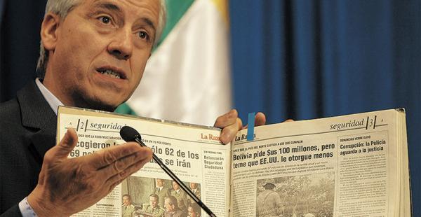 García Linera recurrió a periódicos antiguos para mostrar cómo anteriores gobiernos manejaban los créditos