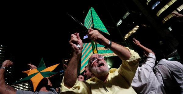 Brasileños tomaron las calles con cacerolas y muñecos de Dilma Rousseff y Lula con ropa de reos. Piden su dimisión.