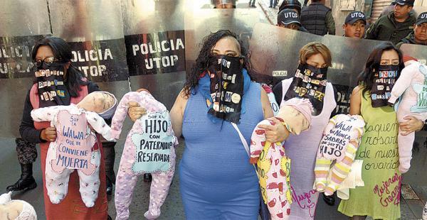 El colectivo de Mujeres Creando protestó en La Paz por la forma en que las autoridades, del oficialismo y de la oposición, enfrentan el caso CAMC