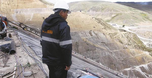 Desde las alturas se aprecia una obra de gran envergadura. Es la presa de Misicuni que deberá concluirse hasta julio. Hay un 70% de avance