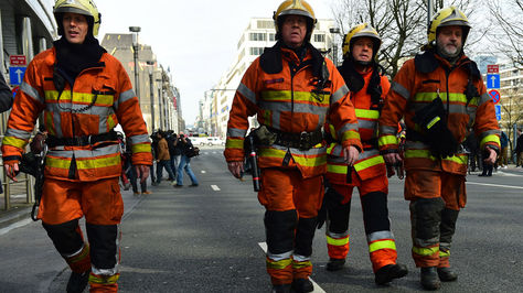 Los bomberos llegan a un perímetro de seguridad establecido cerca de la estación de metro Maelbeek, Bruselas. Foto: AFP