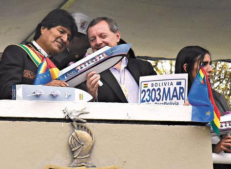 La Paz. Morales y el presidente del Senado, ayer en la plazaAbaroa en la antesala delDía del Mar.