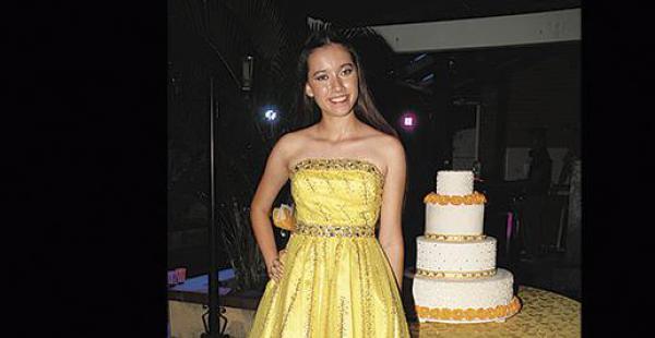 El primer traje de Ana Bárbara Paz fue un vestido corto amarillo con detalles bordados