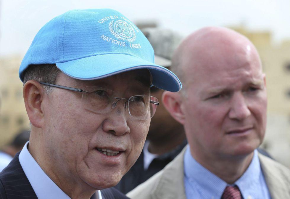 El secretario general de Naciones Unidas, Ban Ki-moon (izquierda), durante su visita de este viernes a un campo de refugiados en Líbano. EFEHussein Malla  Pool