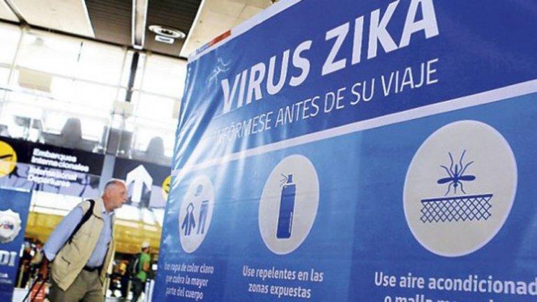 En el aeropuerto alertan a los viajantes para prevenirlos del contagio del virus