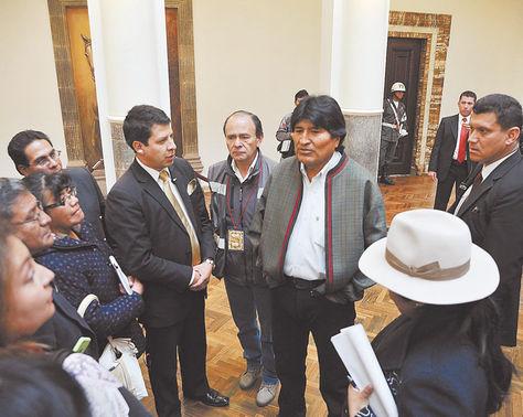 Palacio. El presidente Evo Morales explica los alcances de la demanda por el Silala a periodistas, ayer.