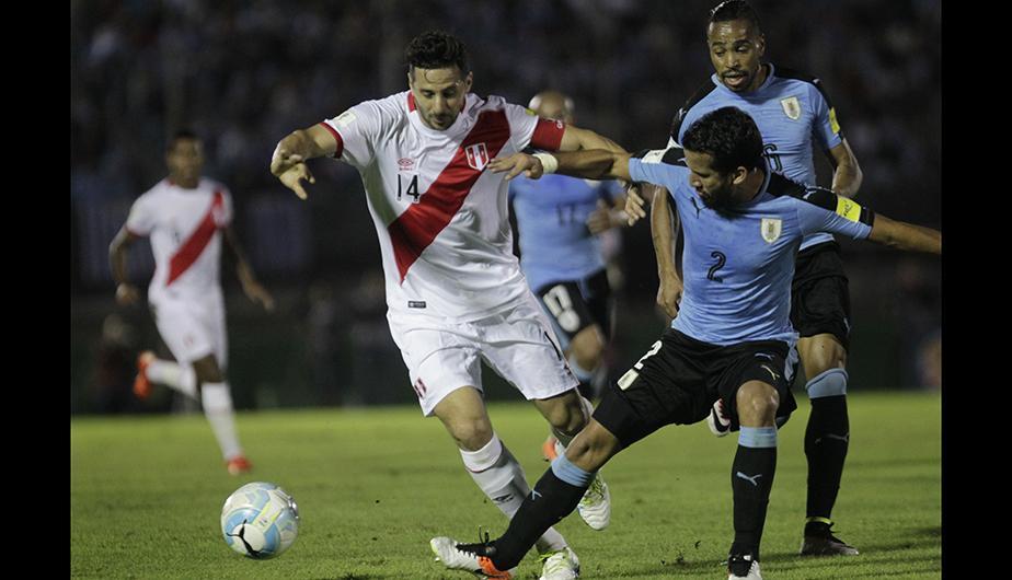 """La Selección Peruana volvió a sufrir una nueva derrota en las Eliminatorias Rusia 2018. Uruguay le alcanzó con la mínima para quedarse con el triunfo (Foto: <span class=""""caps"""">EFE</span>)"""