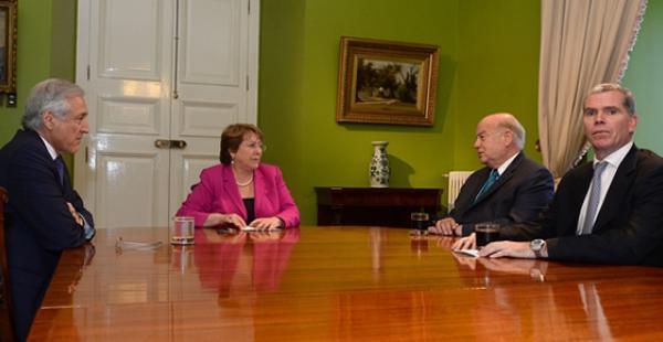 La renuncia de Felipe Bulnes como agente ante La Haya tomó por sorpresa a la clase política del vecino país.