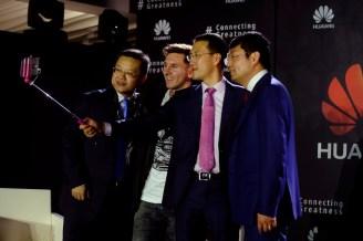 Equipo ejecutivo de Huawei tomando una selfie con Lionel Messi con un Huawei Mate 8