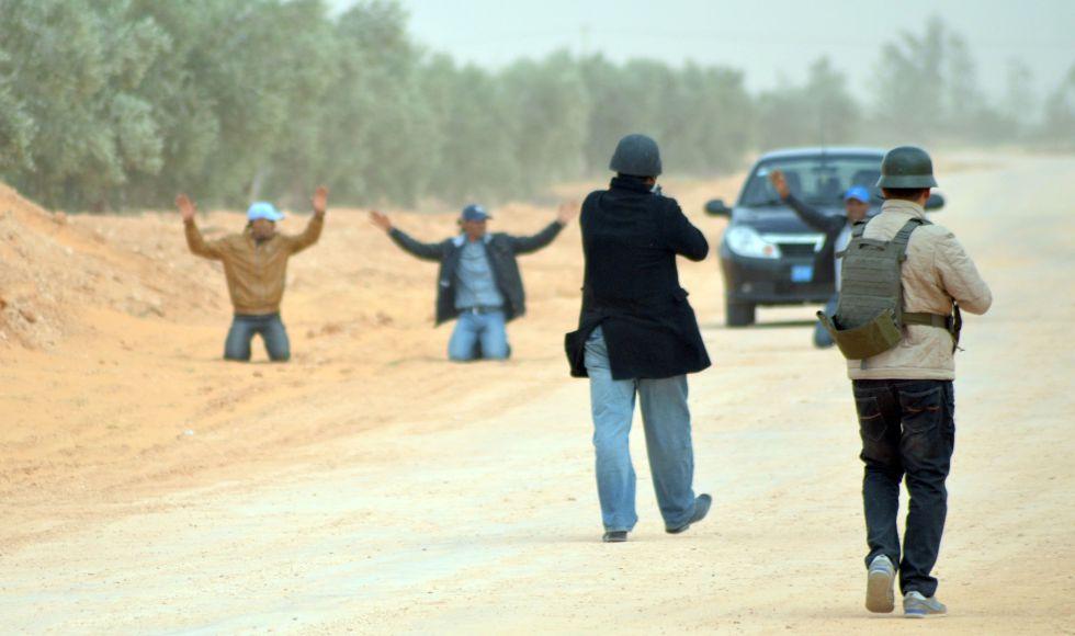 Policías tunecinos detienen a los pasajeros de un vehículo que circulaba por una zona prohibida junto a la frontera libia, el 10 de marzo.