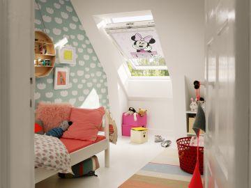 Buhardilla habilitada como habitación infantil.