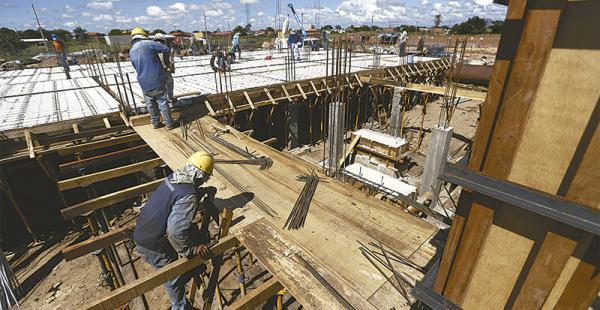 La constructora Apolo está al frente del complejo habitacional Patujú que constará de 94 departamentos. Los responsables esperan concluir las obras duranta la próxima gestión