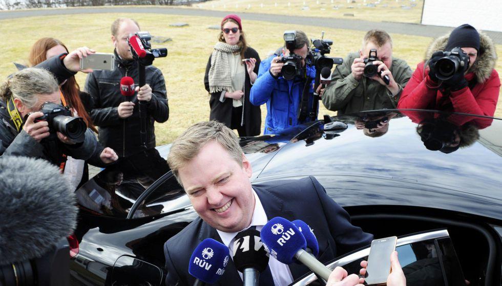 El primer ministro Sigmundur David Gunnlaugsson habla con la prensa a las puertas de la residencia del presidente.