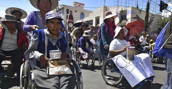 Los discapacitados continúan con sus medidas de presión en busca de un bono mensual