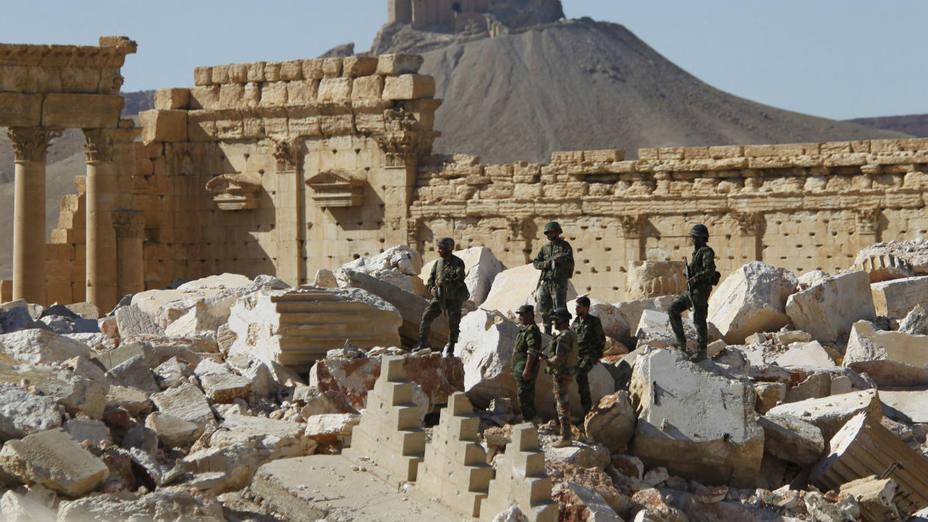 Soldados del Ejército sirio se coloca en las ruinas del Templo de Bel en la histórica ciudad de Palmira, en Homs, Siria (AP)