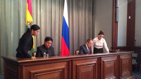 El canciller David Choquehuanca y su colega ruso, Serguéi Lavrov, firman el acuerdo bilateral en Moscú. Foto: @osodelosandes