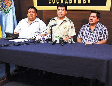 Cochabamba. Felipe Cáceres (der.) presenta droga decomisada.