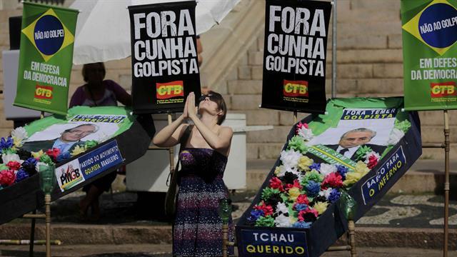Una manifestante en contra del impeachment de la presdenta Dilma Rousseff en Porto Alegre. Foto: Reuters / Lunae Perracho