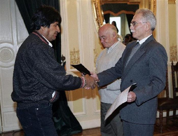 Evo Morales saluda a Pablo Ramos, prefecto interino de La Paz. Foto: EFE
