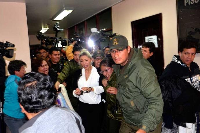 DETENIDA. La ex pareja del presidente Evo Morales, Gabriela Zapata, tras la audiencia que determinó su detención