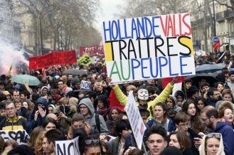 """El manifestante Jean-Baptiste Redde aka Voltuan,sostiene un cartel que dice """"Hollande, Valls, traidores a la gente"""", en referencia al presidente francés, François Hollande, y el primer ministro, Manuel Valls, en París. MIGUEL MEDINA (AFP)"""