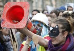 Estudiantes y trabajadores se manifiestan contra el proyecto de ley del Gobierno francés de reforma de la legislación laboral en Toulouse, al sur de Francia. Los sindicatos han convocado una jornada nacional de manifestaciones para protestar contra el proyecto de reforma de la legislación laboral. GUILLAUME HORCAJUELO (EFE)