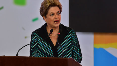 La presidenta de Brasil, Dilma Rousseff, pronuncia un discurso durante la ceremonia de recepción de la llama olímpica en el Palacio de Planalto, Brasilia.