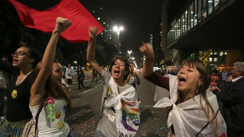 Estudiantes e integrantes de movimientos sociales se manifiestan a favor de la presidenta Dilma Rousseff en Sao Paulo. (Sebastião Moreira/Efe)