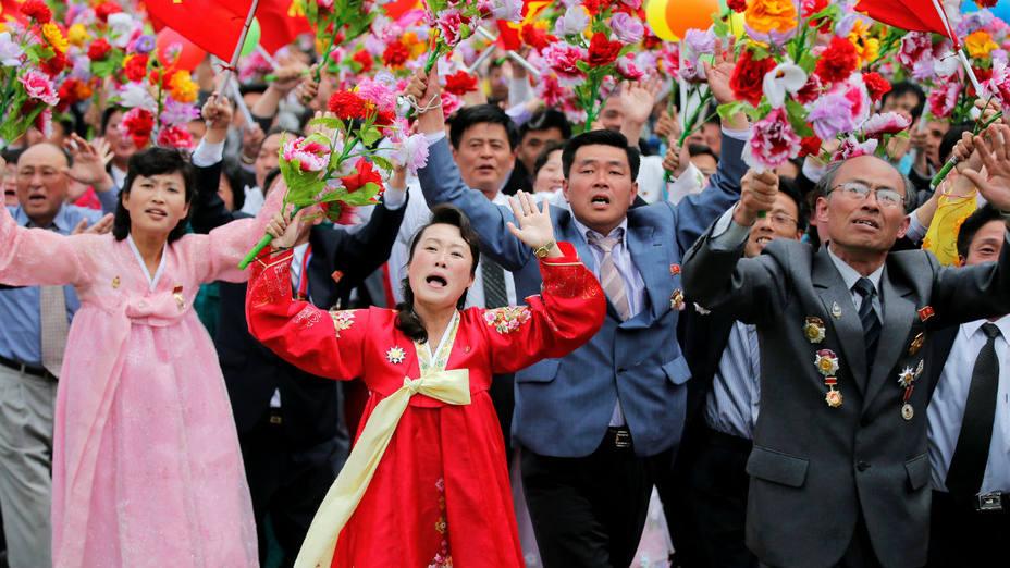 Saludo el líder norcoreano Kim Jong Un durante una manifestación masiva en Pyongyang. AP