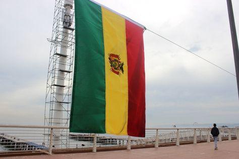 Una de las banderas de Bolivia que se instalaron en toda la Caleta Portales de Valparaíso, en Chile. Foto: www.ucvmedios.cl