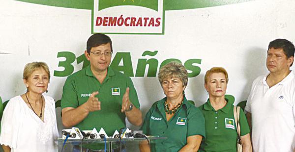 Óscar Ortiz, acompañado por otros legisladores cruceños, dijeron que esto es una campaña de guerra sucia en contra de Rubén Costas