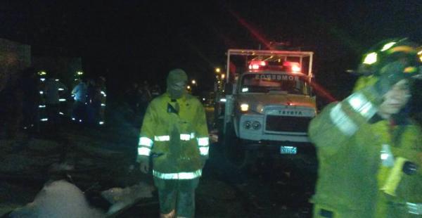 Un carro de Bomberos ingresa a la zona a mitigar las llamas