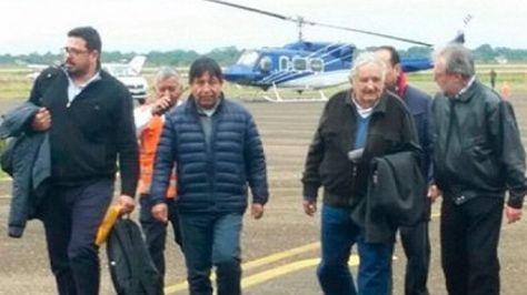 El expresidente José Mujica a su arribo a Bolivia. Foto: ABI