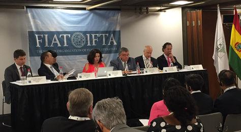 Ejecutivos de la Organización Mundial del Sector Funerario, Saavedra es la tercera desde la izquierda.
