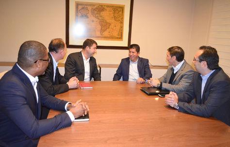 El ministro Luis Sánchez (tercero derecha) y ejecutivos de Shell sostuvieron una reunión la noche del lunes en Santa Cruz