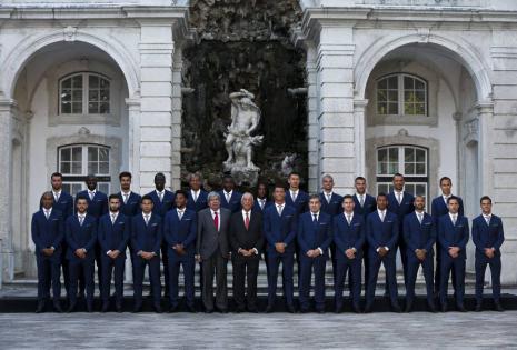 El presidente de Portugal Marcelo Rebelo de Sousa (c), el presidente del Parlamento de Portugal Ferro Rodrigues (6i) posan junto a los jugadores de Portugal a su llegada a la una ceremonia del equipo en el Palacio de Belem en Lisboa (Portugal). Los portug