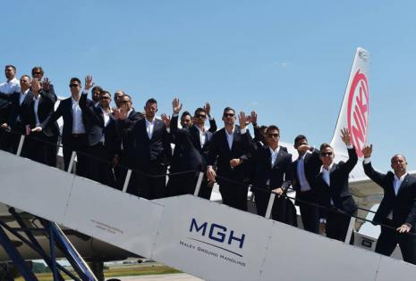 Los jugadores de Hungría llegaron a Francia en traje, pero sin corbata.