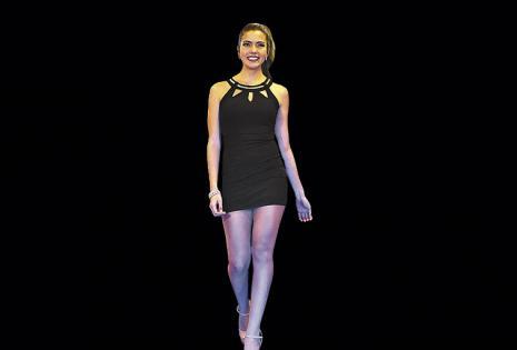 La srta. Litoral, Kendra Yáñez, con un traje bien corto