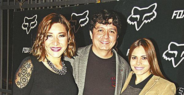 Wendy Ribera, Ronald Montaño y Carmen Montaño, presentando la tarjeta oficial